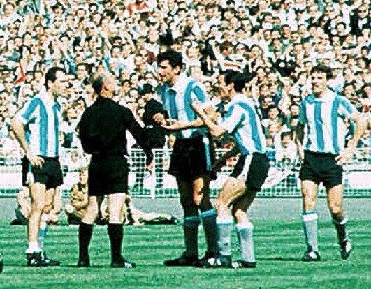 1966 07 23 Agentin Antonio Rattin expulsé