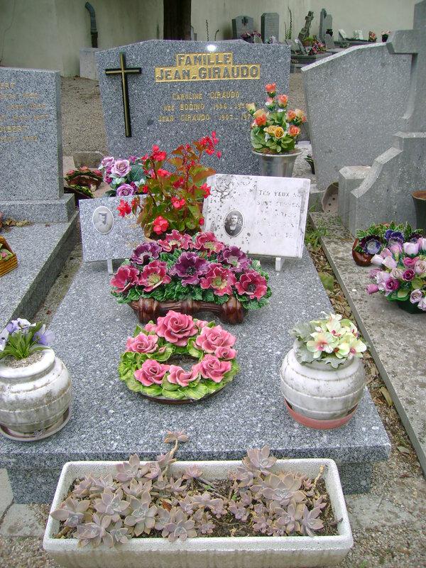220 - Tombe de la famille Giraudo Jean
