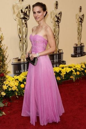 natalie_portman_arrives_at_the_81st_annual_academy_awards_02_123_560lo