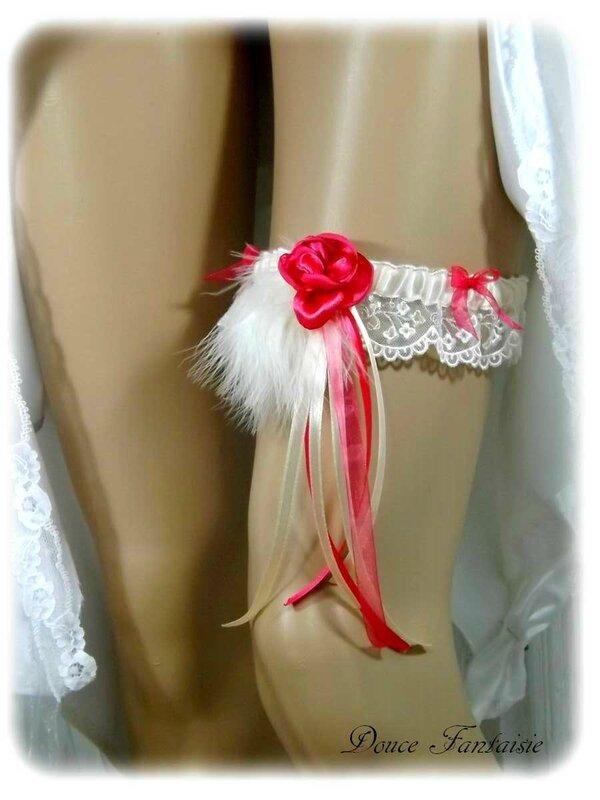 Jarretière de mariage dentelle ivoire fuchsia fleur plume satin