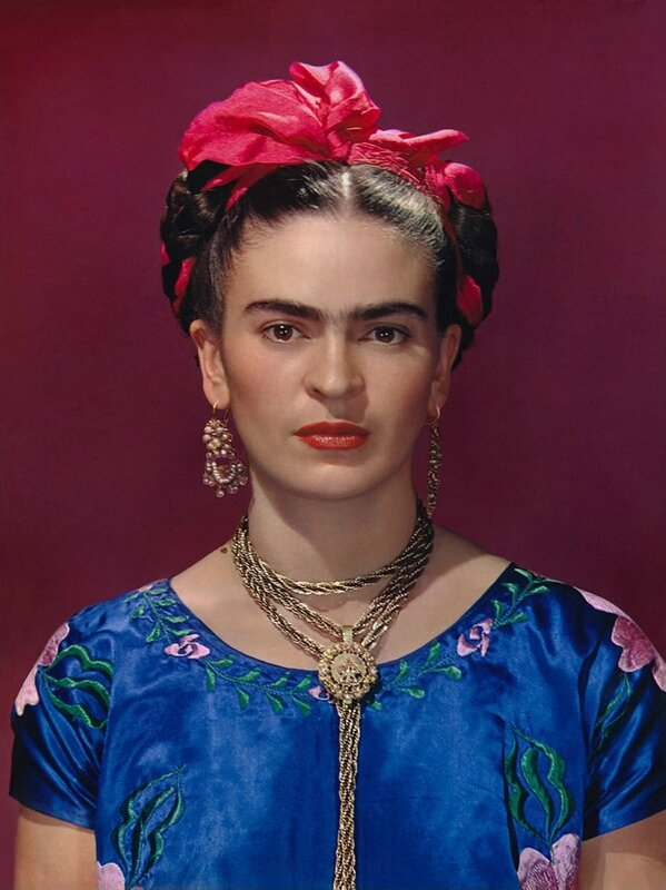 Nikolas_Muray_Frida_Kahlo_em_Vestido_Azul_Carbro_print_1939_Ed_2_de30_Courtesy_the_Gelman_Collection_©Nickolas_Muray_Foto_Arquivos