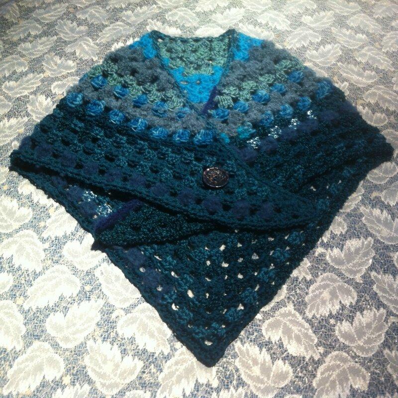 châle cache-coeur bleu (en vente sur alittlemarket.com, aiguilletine et crochetine).