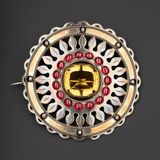 silver-plaid-brooch-set-with-a-cairngorm-in-the-centre-and-a-ring-of-sixteen-carbuncles-round-it-worn-by-the-chiefs-of-clanranald-mid-19th-century-1500px