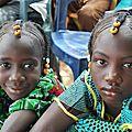 Les petites filles Peuls avec coiffure traditionnelle - Festival Bamtaaré Lawré Gawdé, Avril 2010