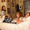 dans sa chambre avec son amie