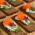 Pickles de betterave pour un canapé & saumon frais mariné aux herbes