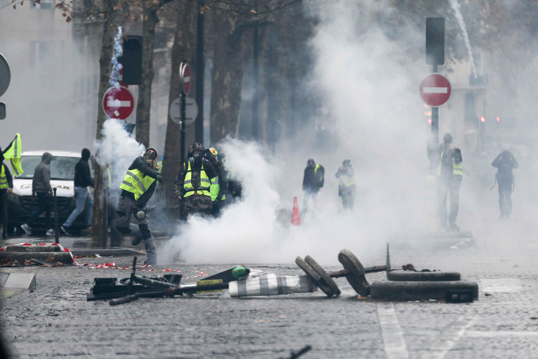L'Arc de triomphe, terrain d'affrontement entre « gilets jaunes » et policiers. © Michel Stoupak. Sam 01.12.2018, 11h07m49.