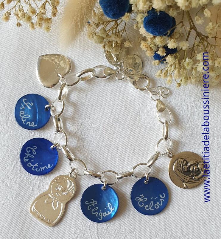 Bracelet personnalisé sur chaîne Kelly médaille bleu nuit gravées, coeur en argent, matriochka en argent et médaille de Vierge à l'Enfant en argebt