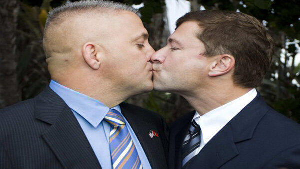 homosexual_men_kissing_obama_anti-doma