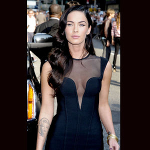 megan_fox_en_robe_noire_decolletee_4158420pgzld