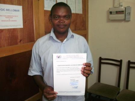 Remise attestation de formation en technique de fabrication des savons et détergent au mois de juillet 2011 à la main au siège de la Société GIC BELLOMAR à Douala au Cameroun