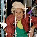 Vieille femme vendant des mobiles