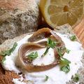 La nouvelle union de tof-mayo et pain au thé vert teste des filets d'anchois