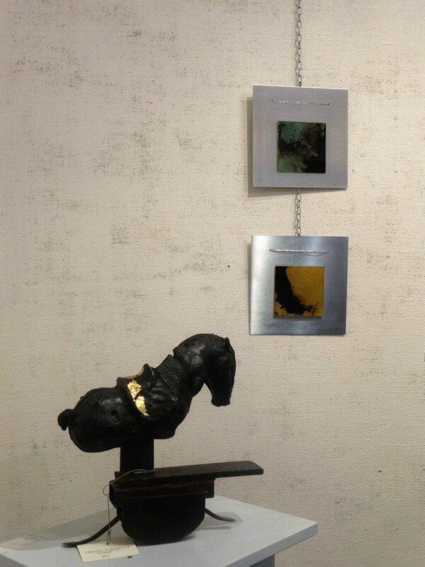 Chenet : Cheval à bascule, au mur Nanie : fixés sur verre