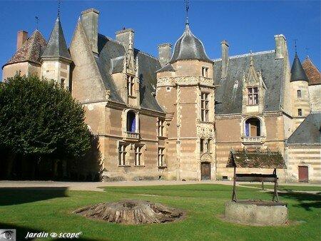 Cour du Château d'Ainay-le-Vieil