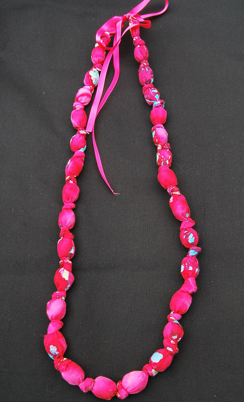 collier tissus rose long