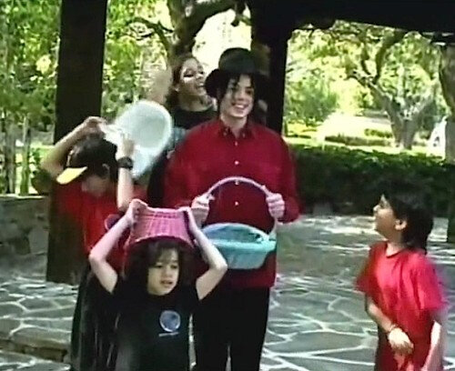 -MJ-s-Easter-Egg-Hunt-michael-jackson-38350172-500-408