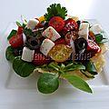 Salade de mâche et de tomates cerises au chèvre en coupelle de parmesan