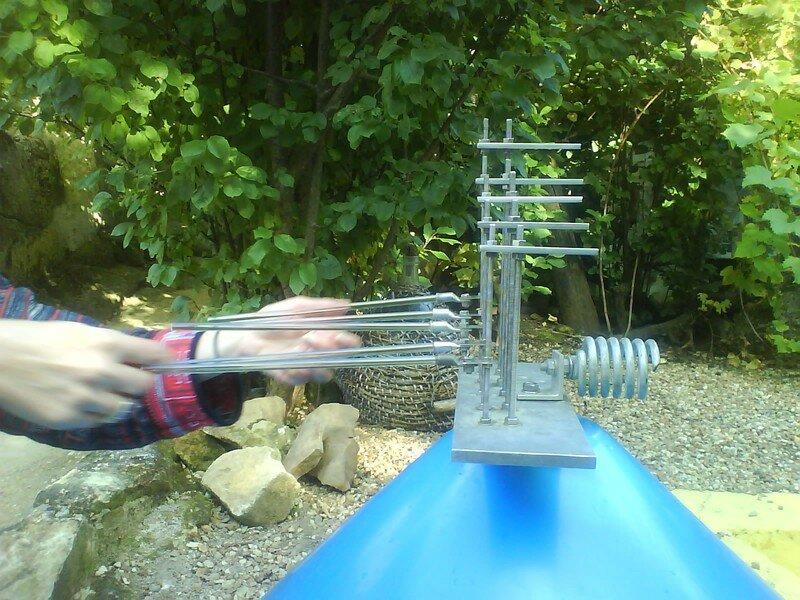 La vibration des tiges est tranmise au métal qui renvoie le son vers le cône de résonance