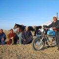 Des hommes, des chevaux, la yourte et une moto, beau condense!