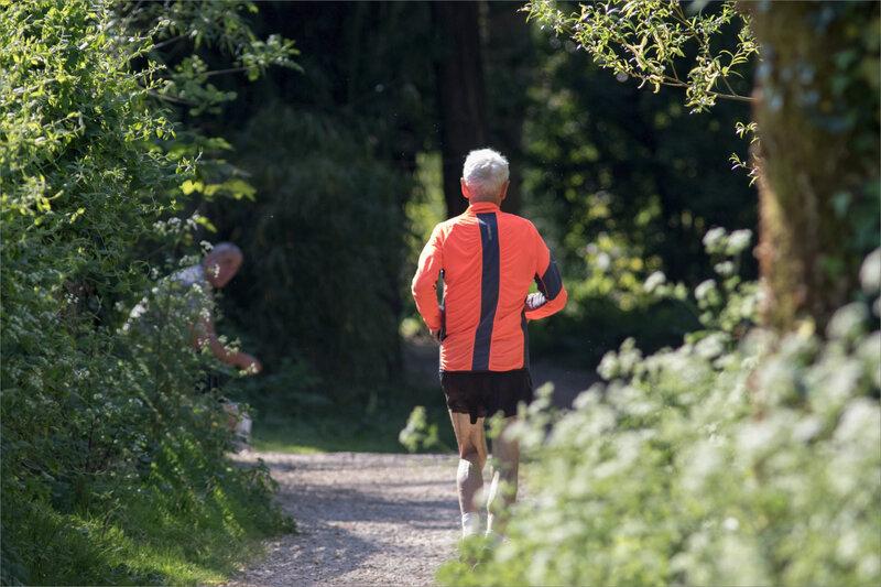 Orange pressé joggueur et homme assis 110420