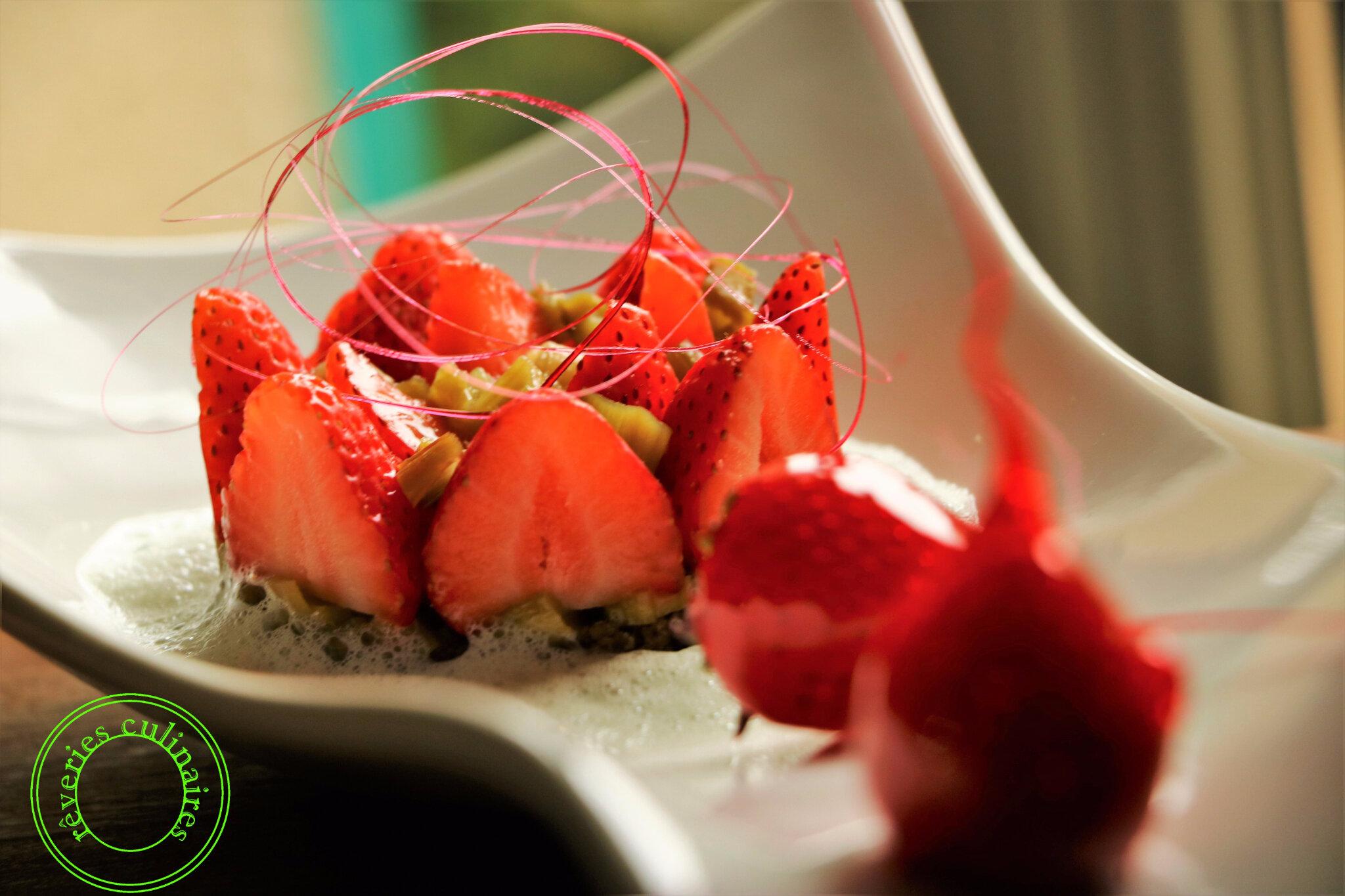 complicité de fraises et de rhubarbe sur mouuse de lait 2