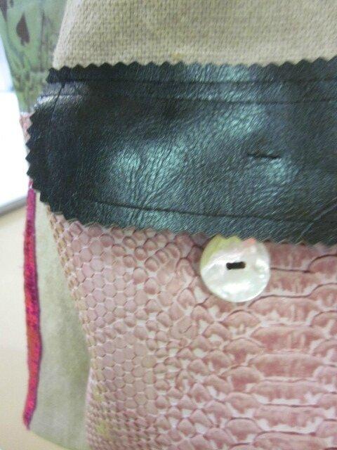 Sac FELICIE n°44 en lin et transfert tête de mort - simili cuir noir - simili python rose pour la poche - paillettes fushia - étoile rose en cuir - anciennes sangles militaire en cuir (7)