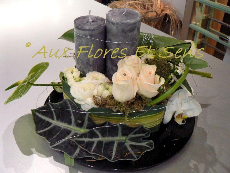 Composition moderne avec bougie, orchidée et alocasia
