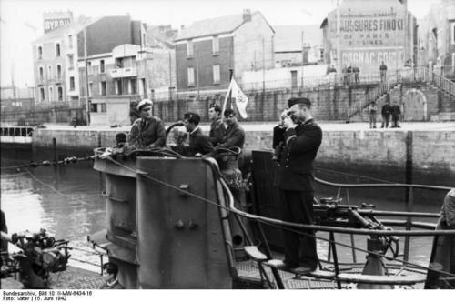 Bundesarchiv_Bild_101II-MW-6434-16_2C_St__Nazaire_2C_U-Boot_einlaufend