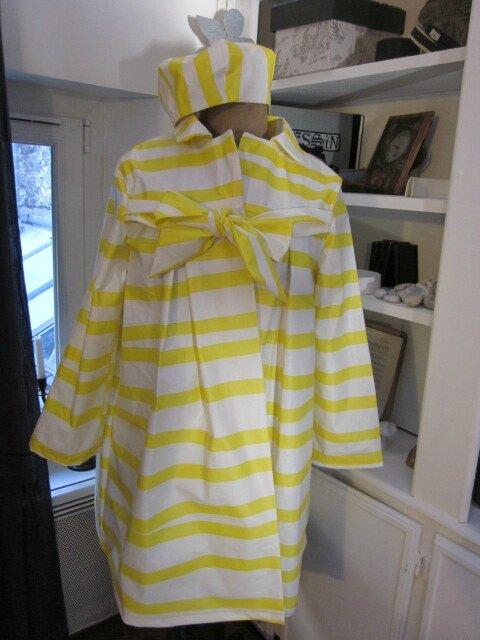 Ciré AGLAE en coton enduit à rayures vagues jaune et blanc - Chapeau de pluie AGATHE en coton enduit à rayures vagues jaune et blanc (10)