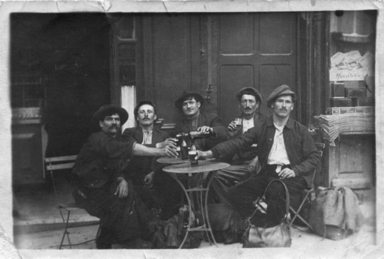 Bousquetiers attablés au café