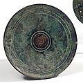 Miroir discoïdal orné sur une face d'un décor de cercles concentriques. bronze. art romain