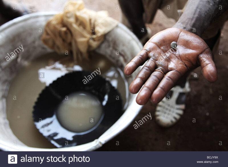 le-mercure-a-ete-ajoute-a-l-eau-boueuse-contenant-de-l-or-pour-extraire-une-petite-boule-d-or-de-l-or-l-est-mercure-recueillis-bcjy9x