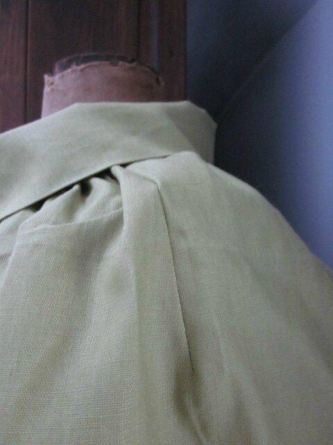 Veste en lin enduit verte froncée sous un large col, manches trois quart raglan (5)