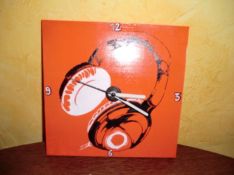 horloge sur bois casque orange