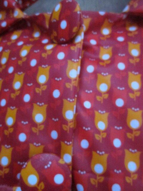 Ciré AGLAE en coton enduit rouge imprimé tulipe orange et blanches fermé par 2 pressions dissimulés sous 2 boutons recouverts (2)