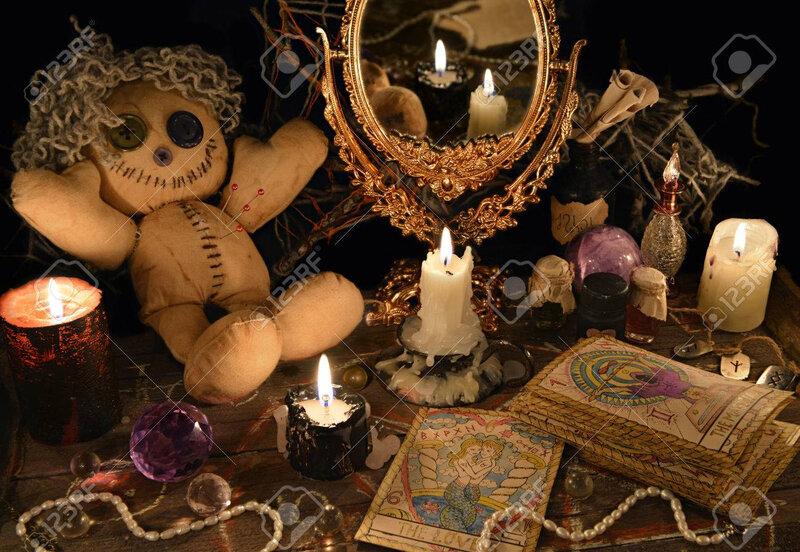 71577198-rituel-magique-avec-poupée-vaudou-miroir-bougies-et-cartes-de-tarot-concept-de-halloween-sort-mystique