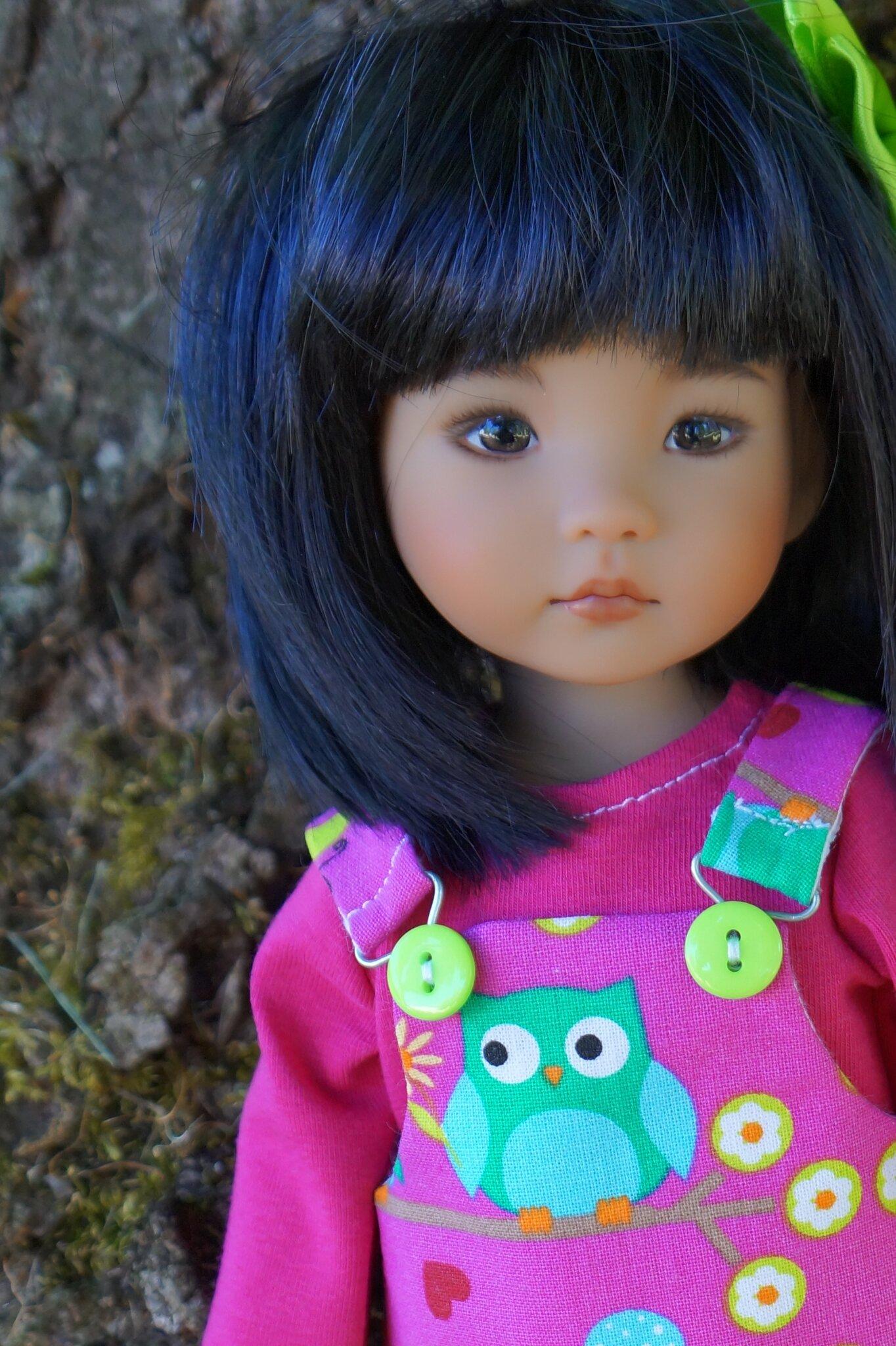 La petite robe à bretelles de Jasmine , Little Darling de Géri Uribe