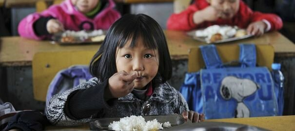 1074655_girls-eat-lunch-in-their-classroom-at-jiaxing-lantian-school-in-jiaxing1