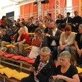 Le public s'instale sur les gradins...