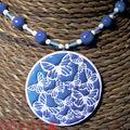 Collier FIMO maxi rond papillon blanc bleu (N)