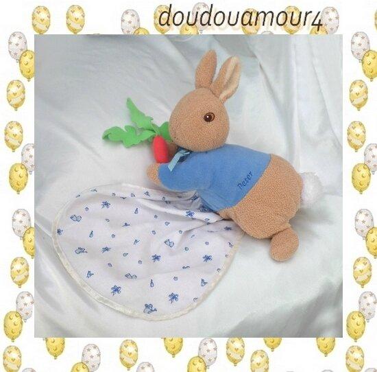 Peluche Doudou Lapin Allongé Bleu Marron Carotte Mouchoir Peter Rabbit