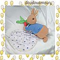 Peluche doudou lapin allongé bleu marron carotte mouchoir peter rabbit