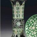 Rare vase cornet en porcelaine de la famille noire, gu, chine, dynastie qing, xviiième siècle