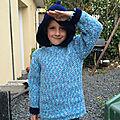 Un nouveau pull à capuche au crochet fini
