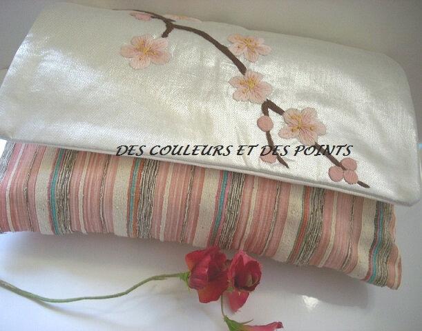 pochette cerisier vue sur tissu en bas