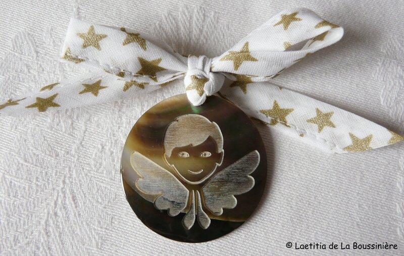 Médaille d'ange en nacre (sur ruban blanc étoiles or)