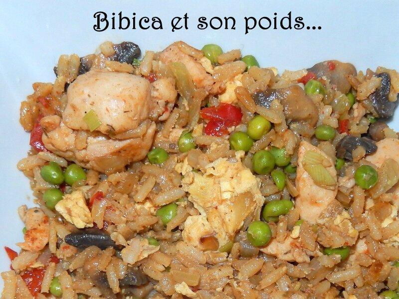 Riz frit au poulet, champignons, petits pois et poivrons gros plan