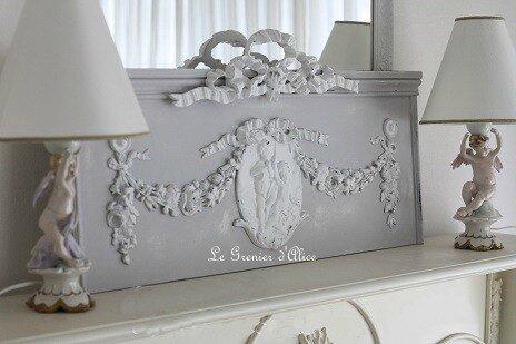 Fronton en bois patiné gris clair et blanc décoration de charme ornement médaillon anges guirlandes fleurs boutique Le Grenier d'Alice