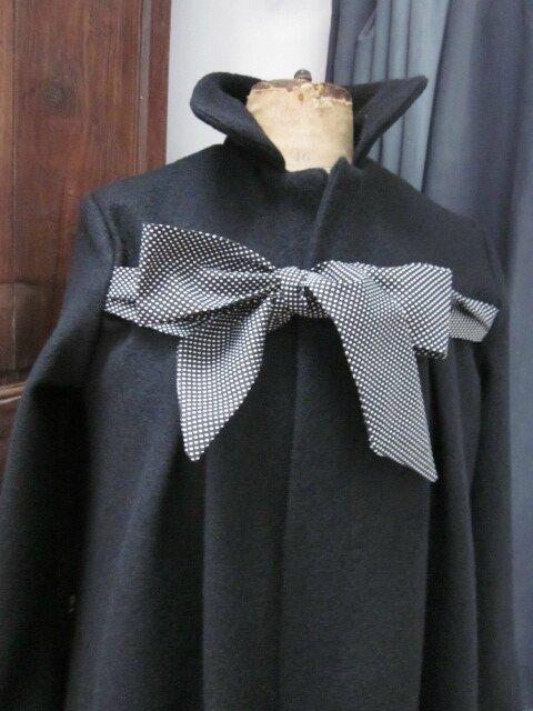 Manteau en laine bouillie noire noué d'un lien de coton noir à tout petits pois blanc - version longue + 30 cm (5)
